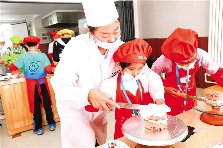 歡聲笑語中 學(xue)習做蛋(dan)糕