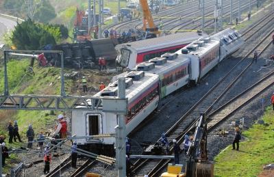 韩国:列车脱轨1死8伤