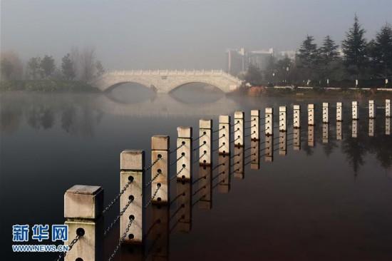 云南马龙水景公园雾中即景