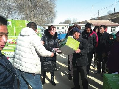 榆中开展春节送温暖活动 新鲜蔬菜送给北山村民