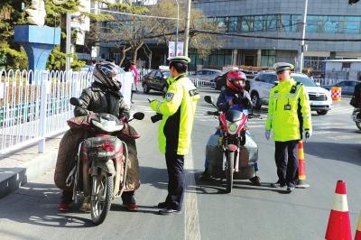 城关交警查处摩托车违法行为180余起