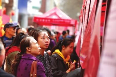 """七里河区""""春风行动""""暨就业扶贫大型招聘会举行7000余求职者进场找工作"""