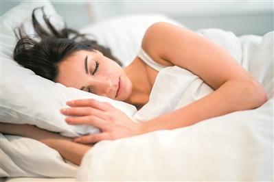 """""""低头族""""预防颈椎病这么睡"""