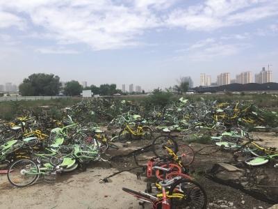 共享单车胡乱堆放市民呼吁加强管理