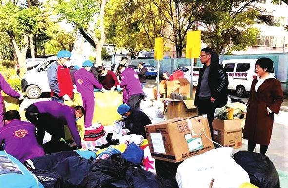 城关区向两当县灾区群众送去过冬衣物
