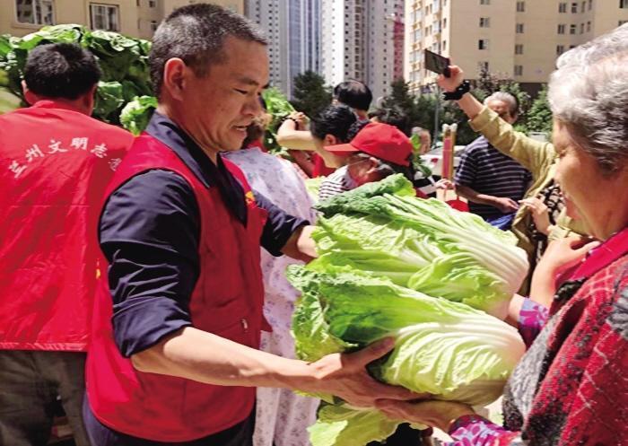 12吨蔬菜送入百户贫困家庭
