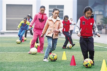 山里娃娃的足球梦:业余的训练培养出足球苗子
