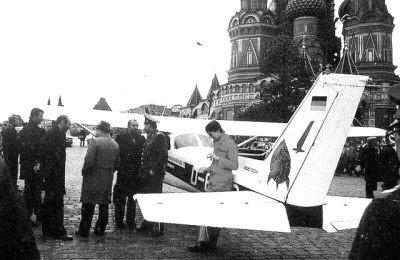 鲁斯特驾驶小飞机降落在莫斯科红场