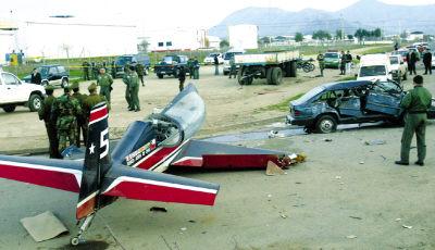 智利空军飞机紧急着陆与汽车相撞;