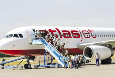 飞机降落在土尔其南部的安塔利亚机场
