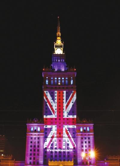 6月22日,波兰首都华沙的地标建筑文化科学宫用彩灯打出英国国旗图案图片
