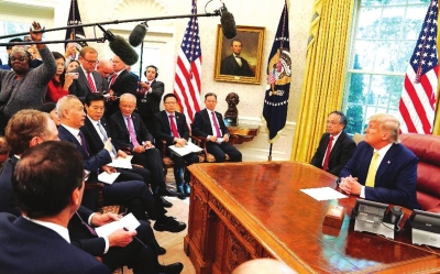 当地时间10月11日,美国总统特朗普在白宫椭圆形办公室会见刘鹤。