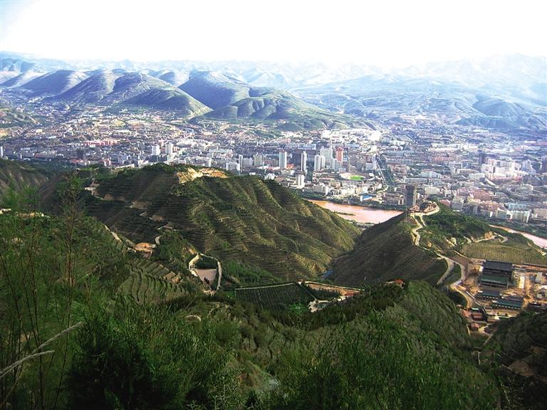 """70多年来持续绿化南北两山成为城市""""大氧吧"""""""