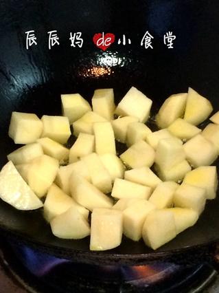 热锅中放油,油热后切块的土豆放进去煎至边缘金黄,放些许盐入味.