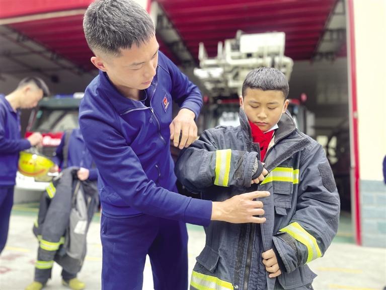 """七里河区中小学师生""""零距离""""体验消防工作"""