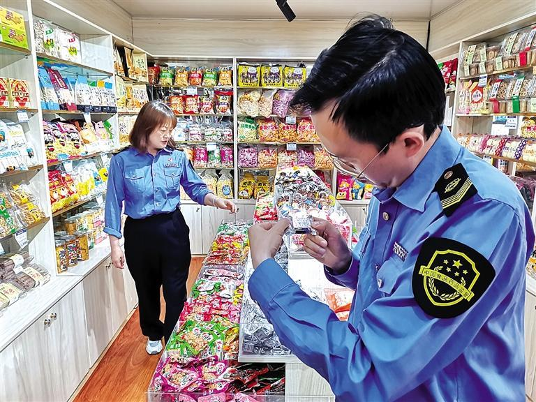 七里河区开展食品安全专项整治约谈金港糖酒市场500多家经营户