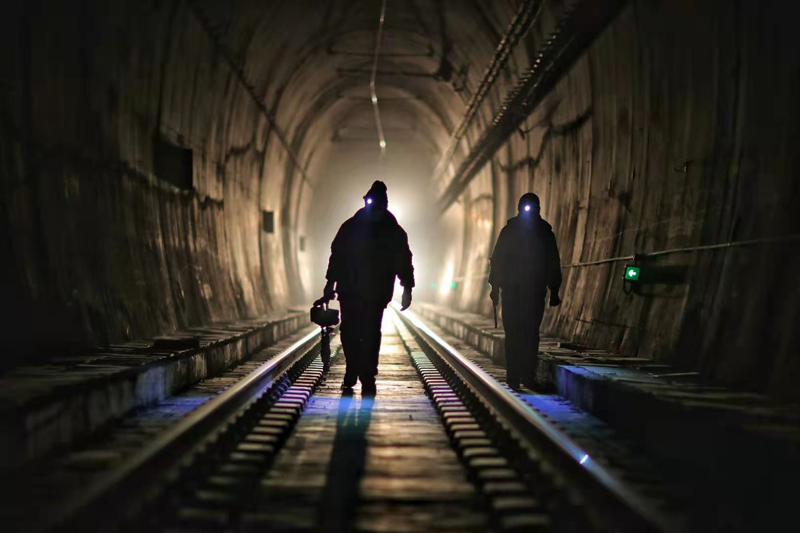 """戴党徽的""""天梯""""铁路守隧人"""