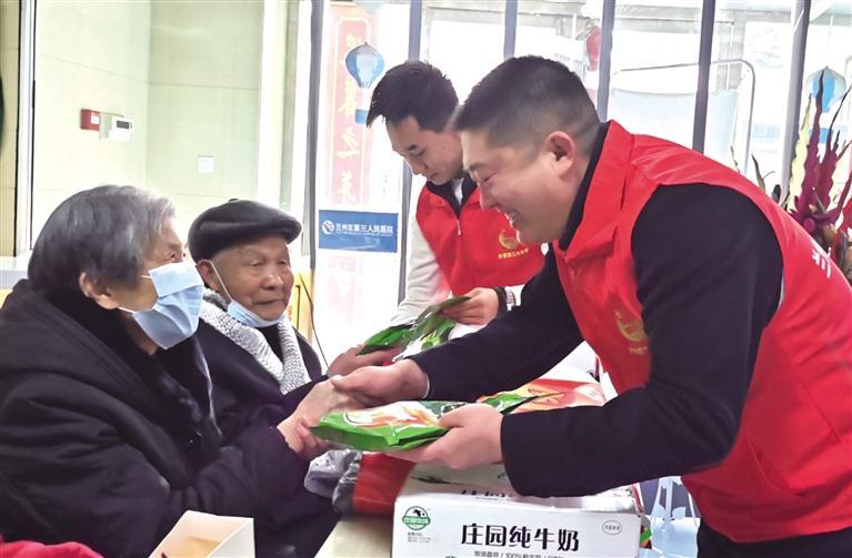 团市委携爱心企业慰问贫困老人