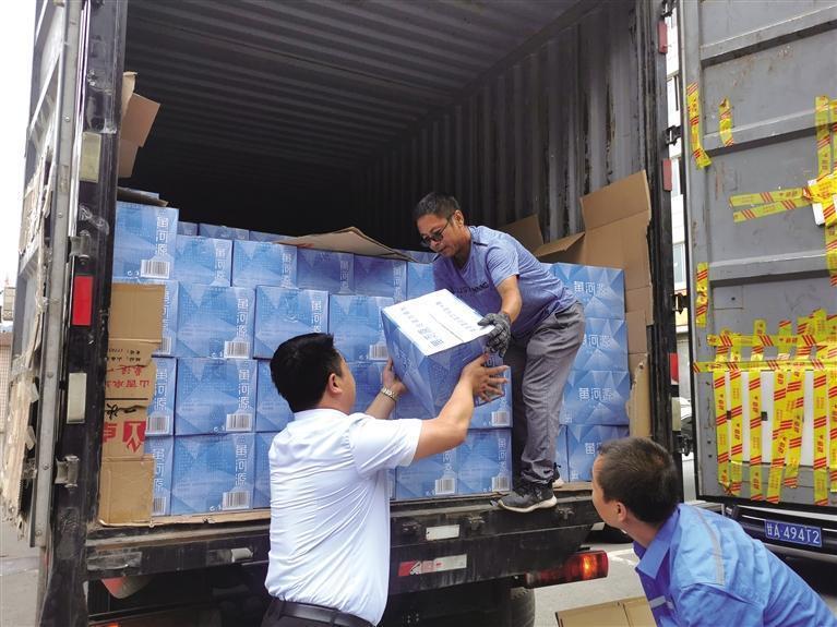团市委携爱心企业向河南捐赠物资