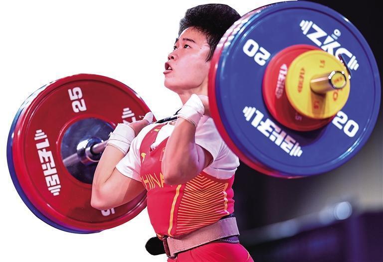 举重女子49公斤级侯志慧超世界纪录夺冠