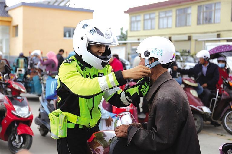 开学季 兰州新区交警给家长赠头盔
