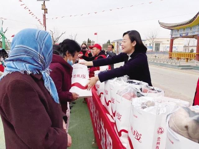 25万元贴心衣物送到永登县龙泉寺镇妇女手中