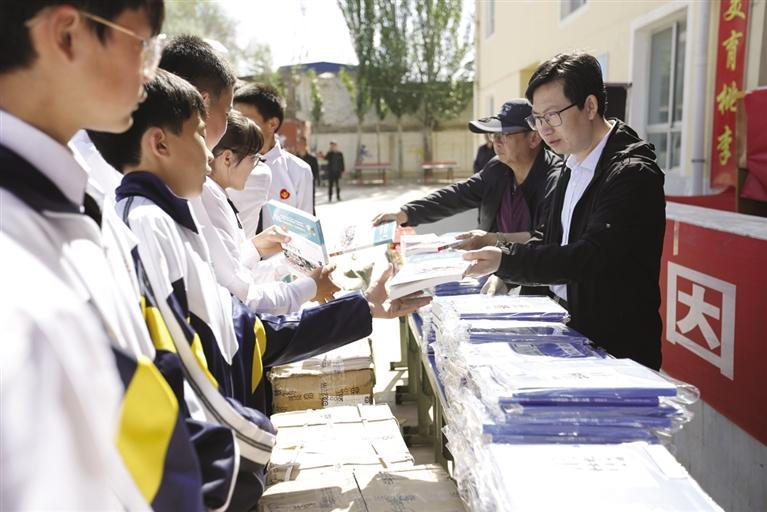 助农村孩子以书为桥梁造访中外名家