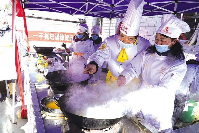 水泉湾村民忙着学厨艺